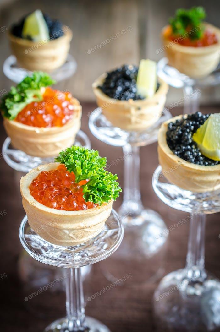 Sandwiches mit schwarzem und rotem Kaviar