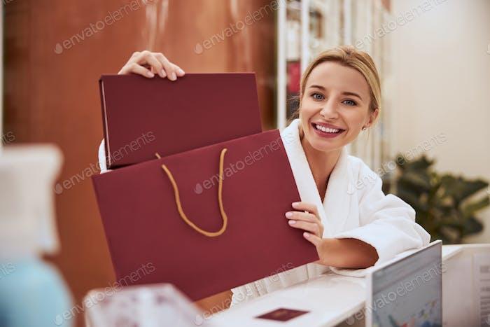 Frohe Dame hält ein Leder-Fotoalbum in ihren Händen
