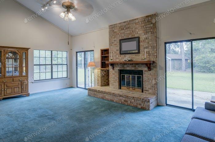Einfaches Wohnzimmer in der Notwendigkeit der Umgestaltung.