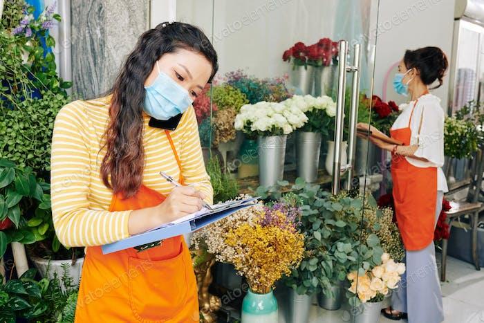 Florist nimmt Anruf entgegen