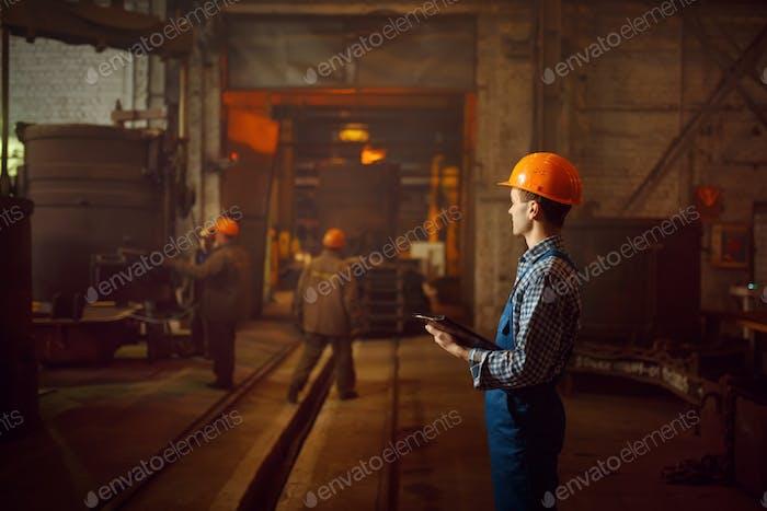 Meister betrachtet den Stahlherstellungsprozess im Ofen