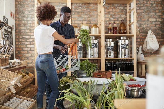 Paar Kauf von frischem Obst und Gemüse in nachhaltigen Kunststoff Free Lebensmittelgeschäft