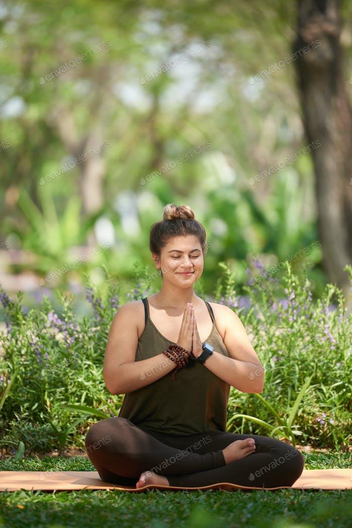 Meditando en el Parque Público