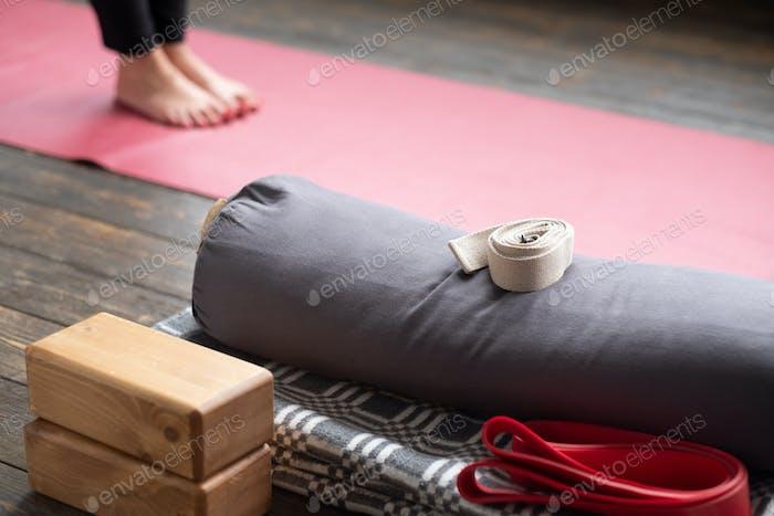 Caucasian Weibchen Beine auf Yogamatte mit Yoga-Requisiten