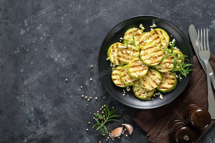 Gegrillte Zucchini, Zucchini mit Knoblauch und Rosmarin auf Teller, Draufsicht