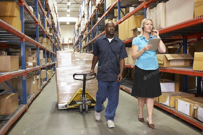 Geschäftsfrau und männlich Arbeiter in Distribution Warehouse