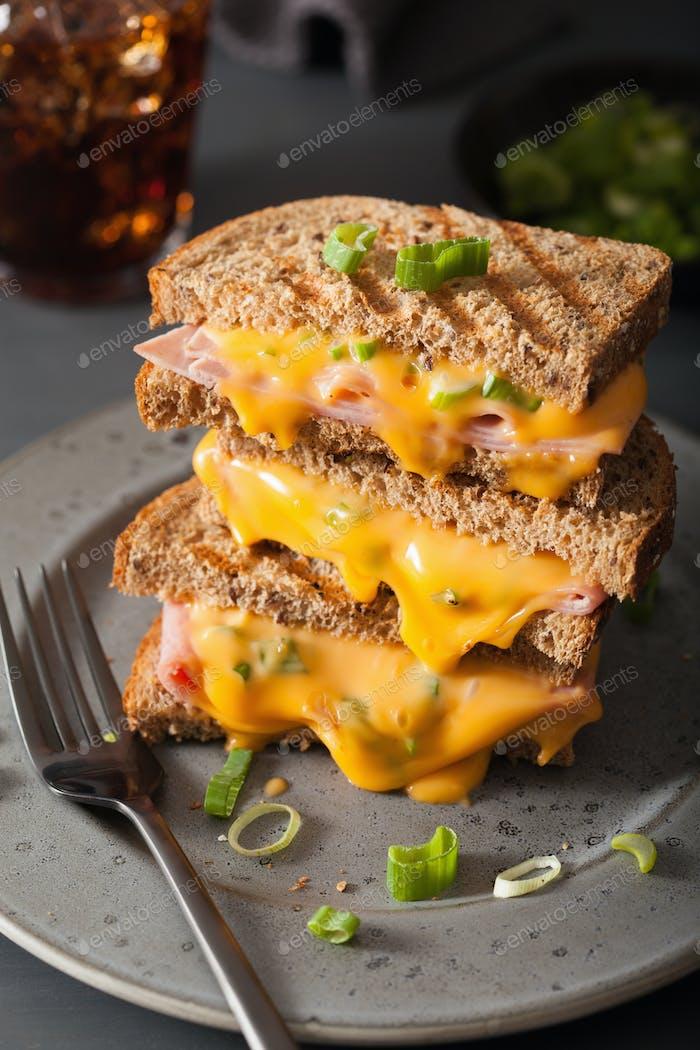 gegrilltes Schinken- und Käse-Sandwich