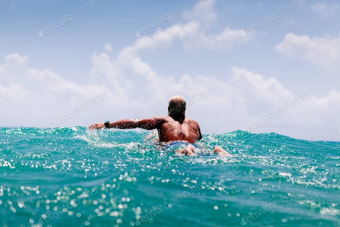 Mann schwimmen auf Surf