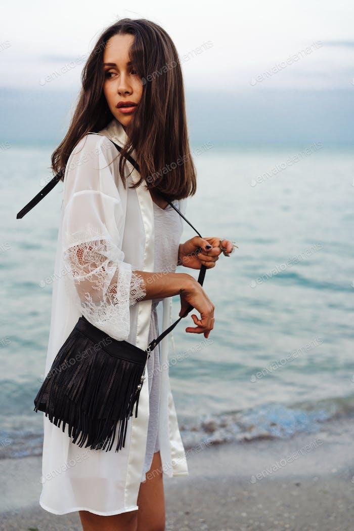schönes junges Mädchen mit einer Handtasche