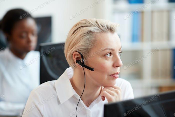 Blonde weiblich Operator arbeiten mit Kunden