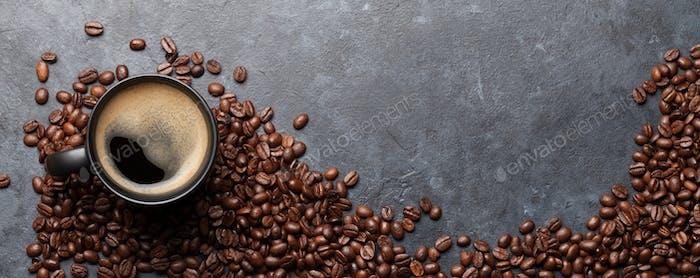 Kaffeetasse und geröstete Bohnen