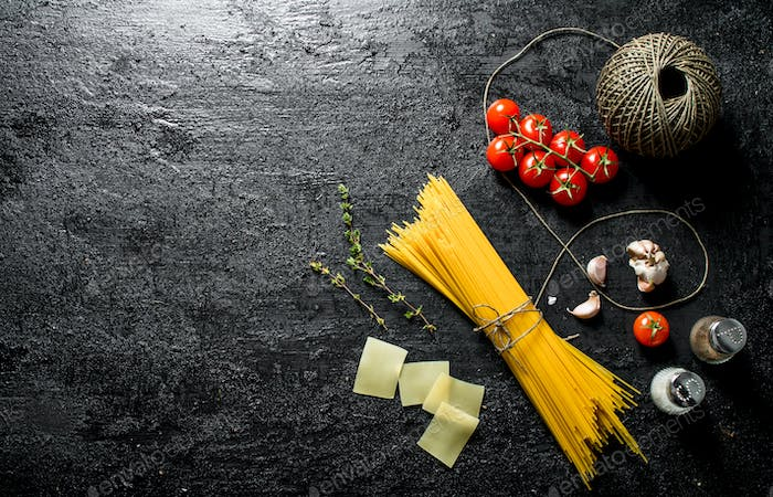 Raw spaghetti with twine, tomatoes and spice.