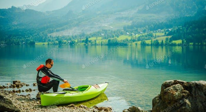Mann Entspannend Am See Nach langen Tag Der Kanufahren.