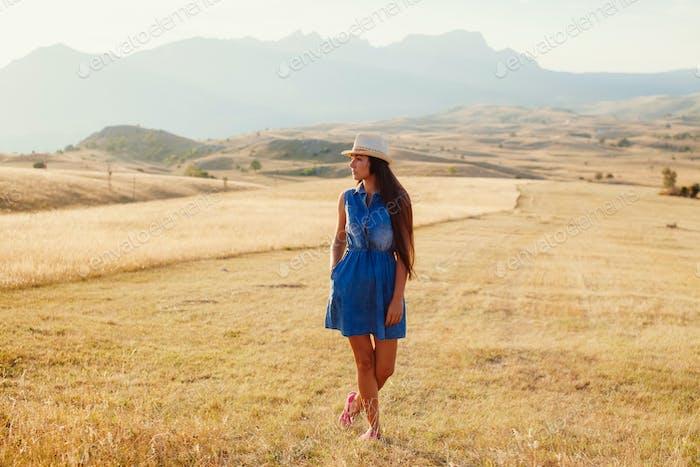 schöne Frau entspannen Landschaft allein bei Sonnenuntergang