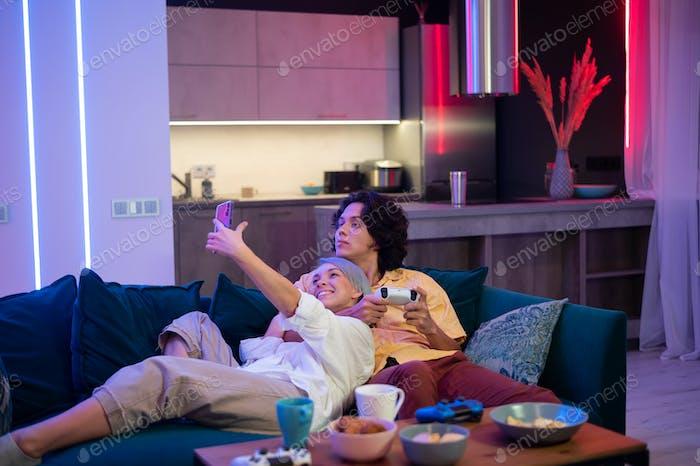 Mädchen streamt live im Internet mit dem Handy, wie sie ihre Zeit mit ihrem Freund verbringt