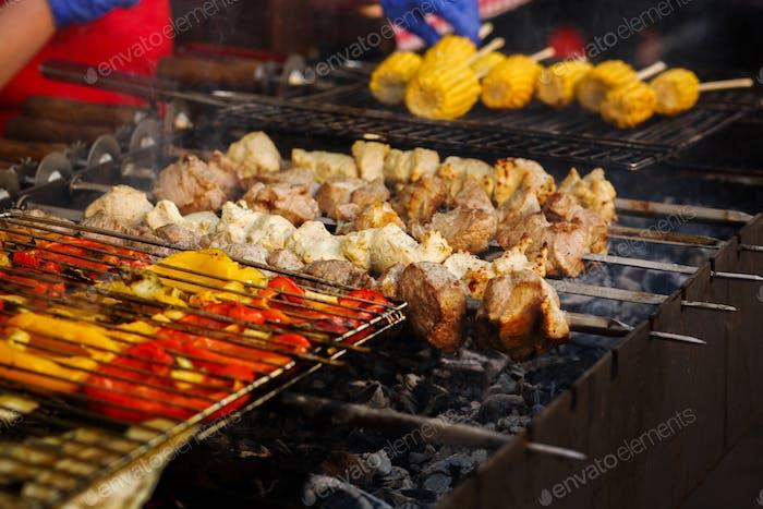 Deliciosas verduras a la parrilla abierta, cocina al aire libre