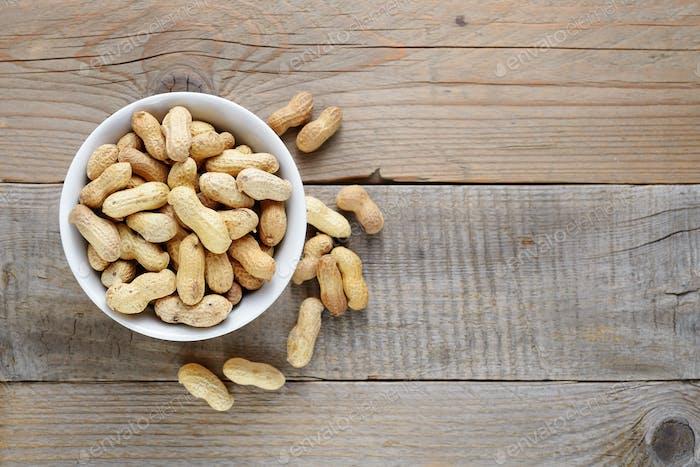 Geröstete Erdnüsse in Schüssel auf Holztisch Ansicht