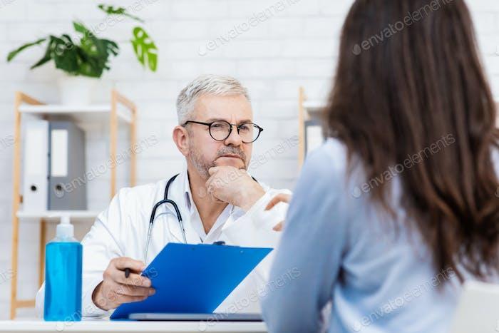 Consultar al paciente en un hospital privado, diagnóstico y examen médico
