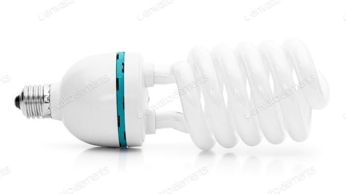 Energiesparende Leuchtstofflampe auf weißem Hintergrund