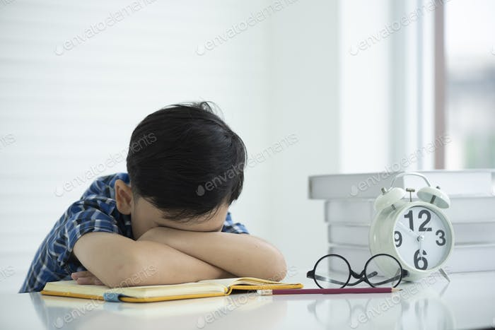 Children are tired of learning and sleepy.