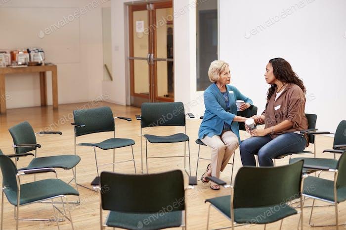 Zwei Frauen sprechen nach Treffen im Community zentrum