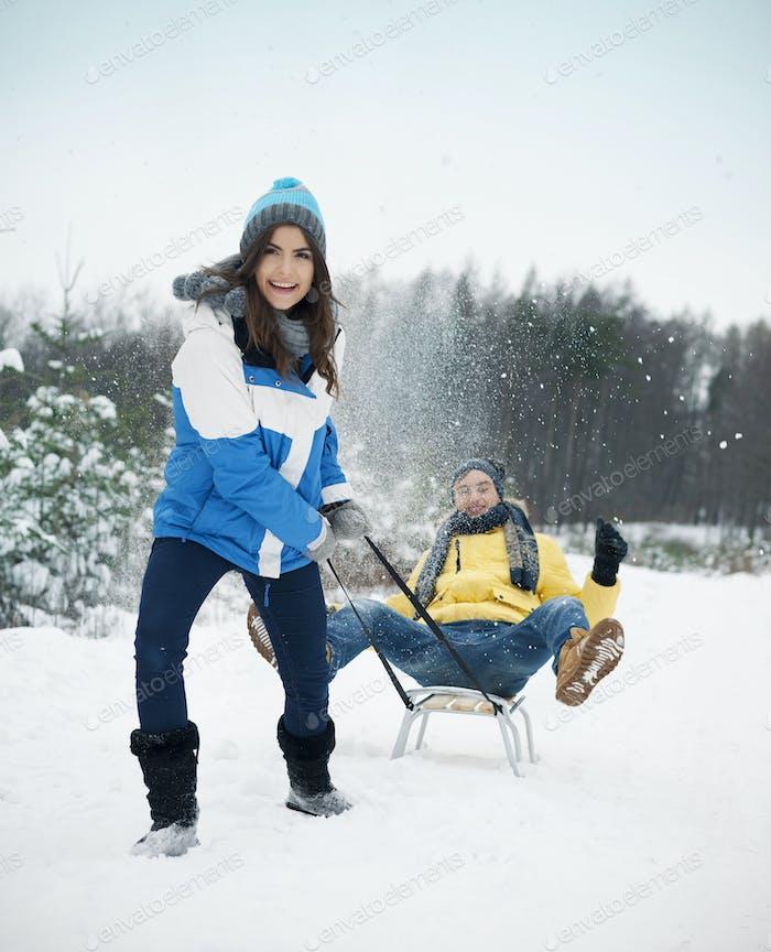 Paar haben Spaß auf Schlitten im Winter Zeit