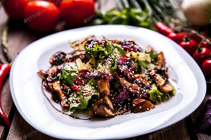 Chicken liver salad with onion, salad and tomatoes