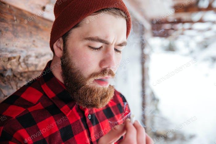 Mann rauchen Zigarette im freien