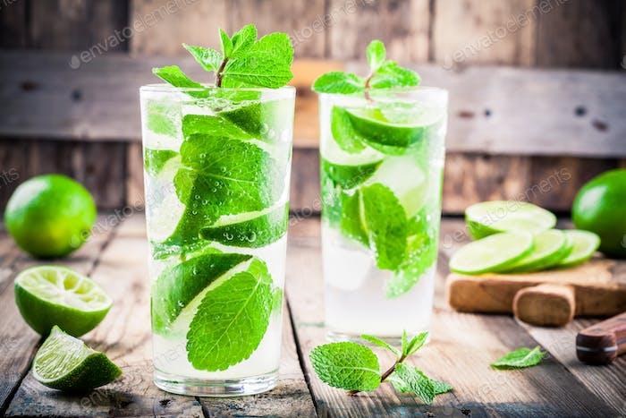 frische Cocktails mit Limette, Minze und Eis im Glas