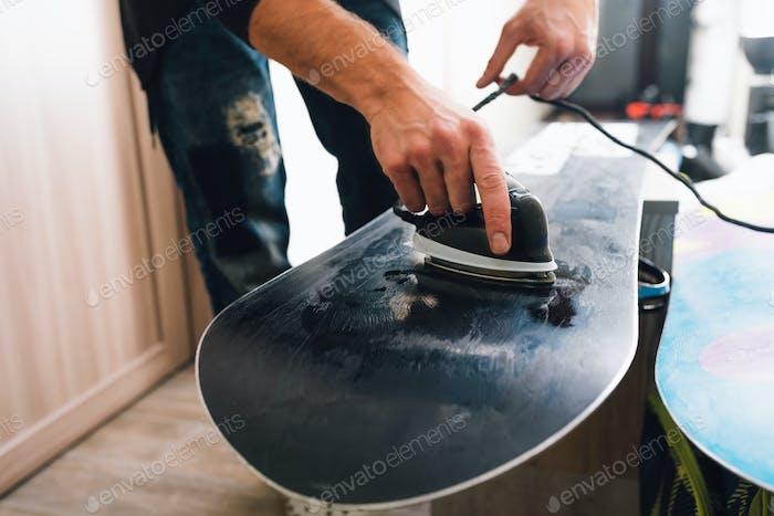 Mann wird ein Snowboard wachsen