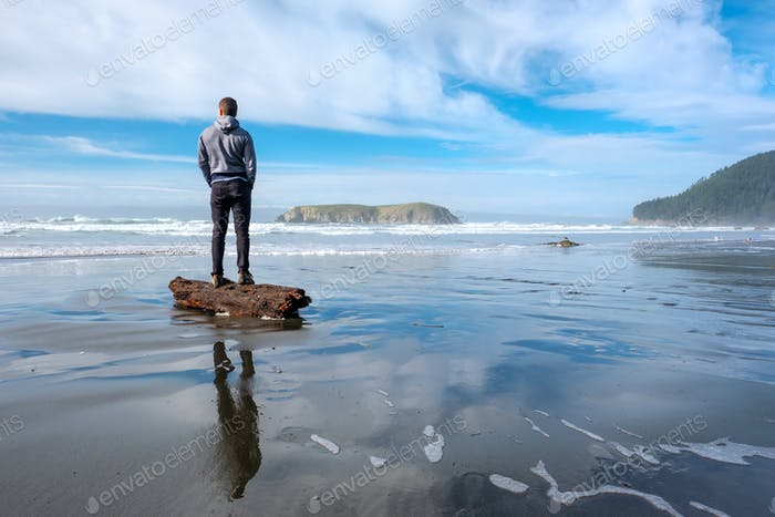 Einzelner Mann am USA Pazifikküste Strand