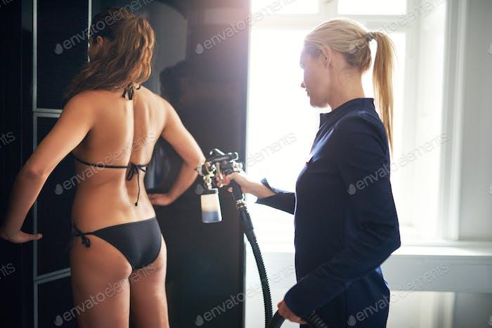 Beauty professionelle Bereitstellung spraytan Verfahren für den Kunden
