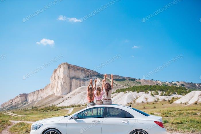 Glückliche Dreierfamilie in den Bergen