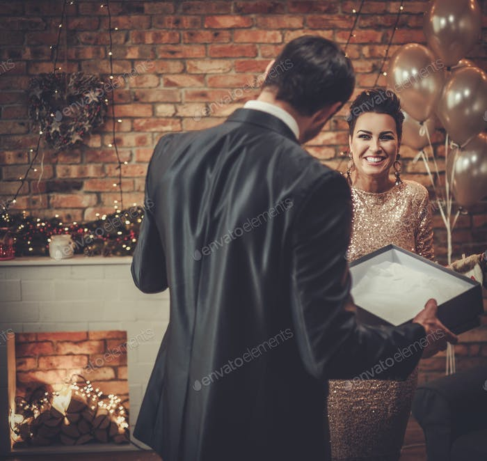 Paar mit einem Geschenk am Heiligabend