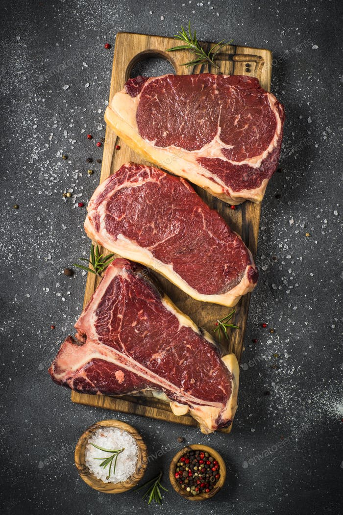 Rohes Fleisch Rindfleisch Steak auf schwarzer Draufsicht