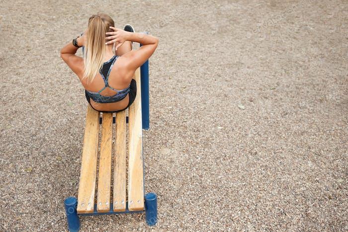 Frau Outdoor-Workout Sit-Ups
