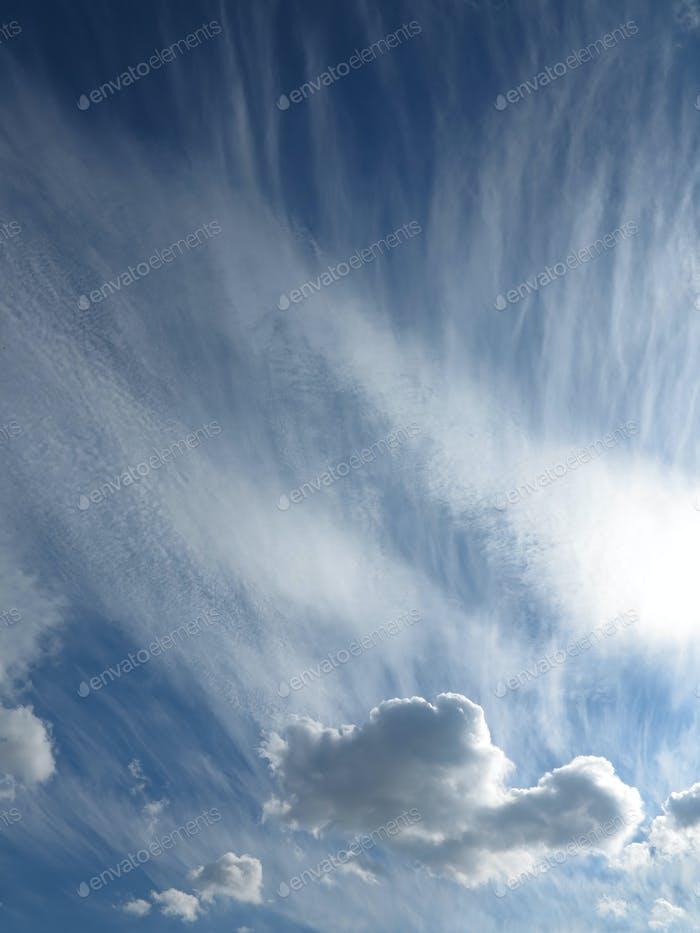 Windgeblasene Wolken am Himmel