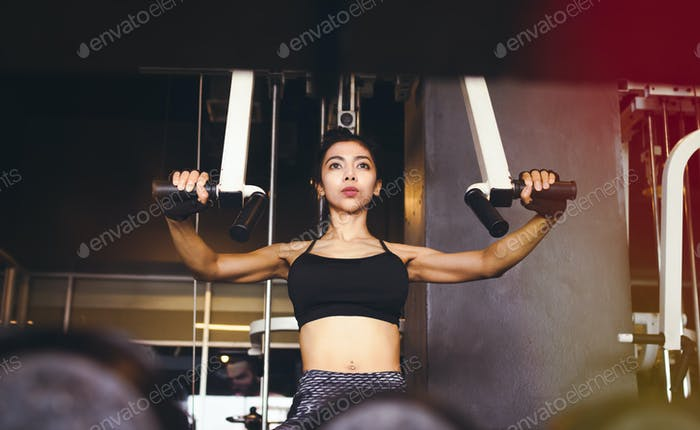 Asiatische Frau Fitnesstraining im Indoor-Fitnessstudio