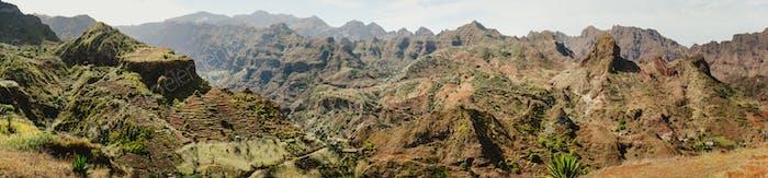 Herrlicher Panoramablick auf riesige karge Berggipfel, Klippen und Schluchten der trockenen trockenen Wüstenlandschaft