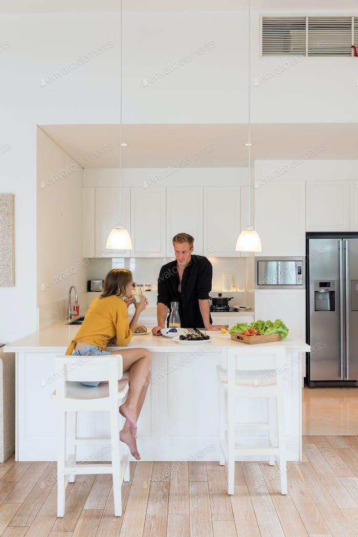Paar machen Mittagessen auf einer weißen Küche zu Hause