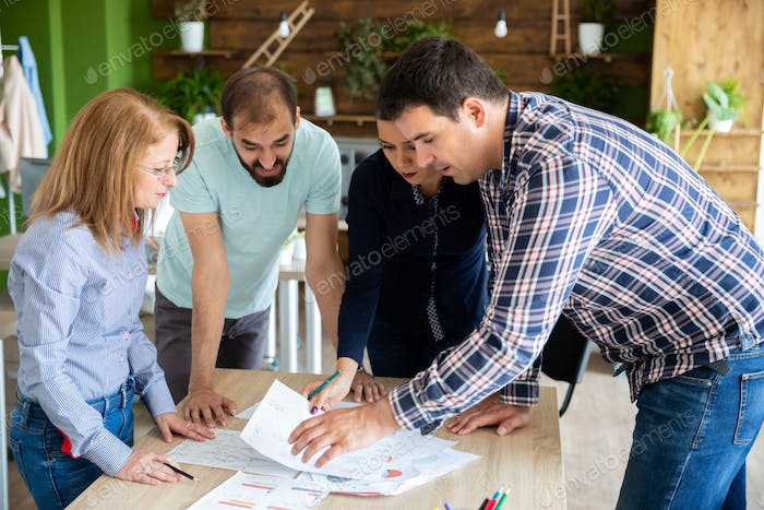 Employees explain to the manager their ideas about the project