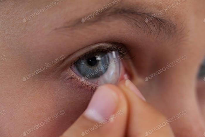 Mädchen trägt Linsen vor weißem Hintergrund