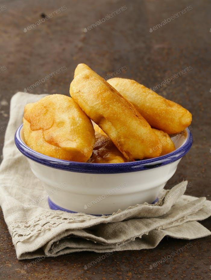 Hausgemachte gebratene Kuchen mit Kartoffeln