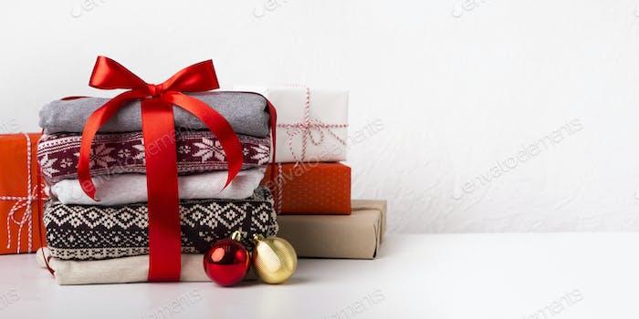 Flache Lag von Weihnachtsgeschenken und Pullovern mit Mustern
