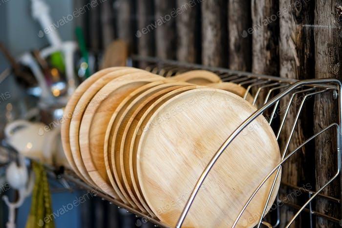 Holzplatte auf Regalen.