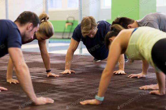 Grupo de Gente ejercicio en el gimnasio