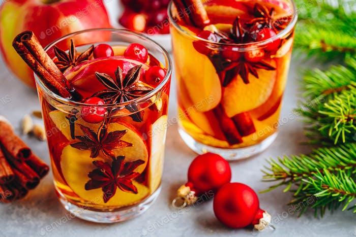 Apfelwein Glühwein heiß Kleinkind oder Weihnachten Punsch im Glas mit Früchten und Gewürzen