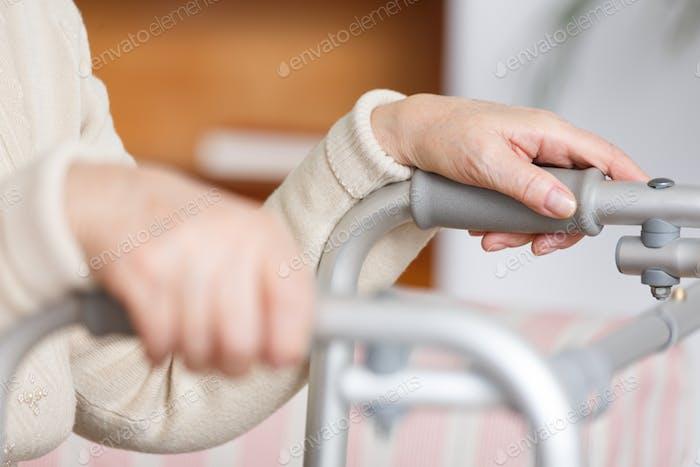 Mujer sosteniendo un andador