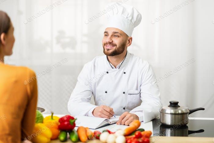 Profesional Chef Hombre En Trabajo Entrevista Hablar Con Mujer En Cocina