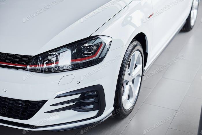 Nahaufnahme eines brandneuen, weiß gefärbten polierten Automobils